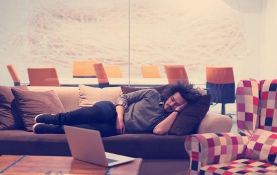 Como tumbarte en el sofa correctamente